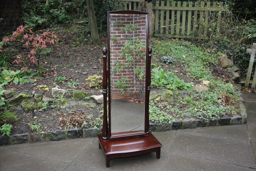 A STAG MINSTREL MAHOGANY CHEVAL BEDROOM DRESSING MIRROR.