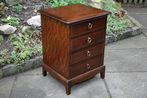 A STAG MINSTREL CHEST OF DRAWERS BEDSIDE CABINET TABLE.