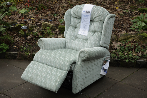 A CELEBRITY WOBURN PETITE FABRIC ELECTRIC RISER / RECLINER ARMCHAIR.