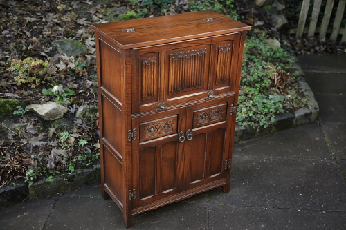 AN OLD CHARM CARVED OAK DRINKS COCKTAIL CABINET CUPBOARD UNIT.