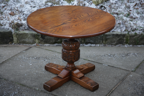 A MELLOWCRAFT CARVED OAK COFFEE WINE OCCASIONAL SIDE TABLE LAMP STAND.