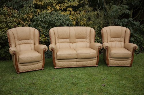 A GEMALINEA ITALIAN LEATHER CHESTERFIELD WING-BACK 3 PIECE SUITE ARMCHAIRS.