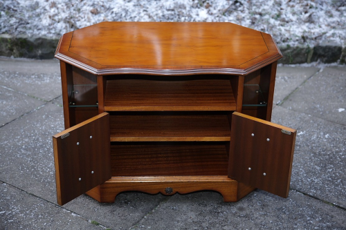 A YEW T.V. VIDEO DVD HI FI CABINET CUPBOARD STAND UNIT.