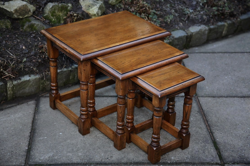 A SOLID OAK NEST OF 3 TABLES SIDE END COFFEE LAMP OCCASIONAL TABLES.
