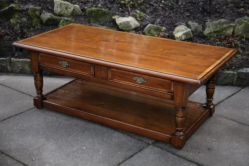 A SOLID OAK 2 DRAWER COFFEE SIDE END OCCASIONAL LAMP TABLE.