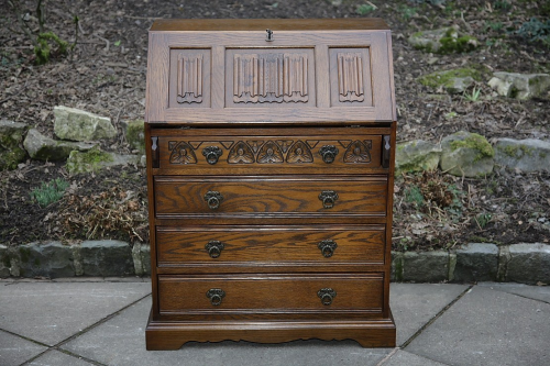 AN OLD CHARM LIGHT OAK WRITING TABLE BUREAU COMPUTER DESK DRAWERS.