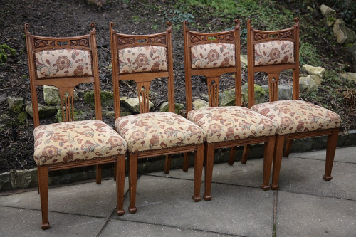 A SET OF FOUR OAK ARTS & CRAFTS UPHOLSTERED DINING CHAIRS.