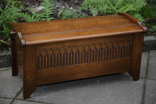 A JAYCEE OLD CHARM STYLE OAK BLANKET CHEST MULE RUG CHEST TOY BOX COFFER TABLE.