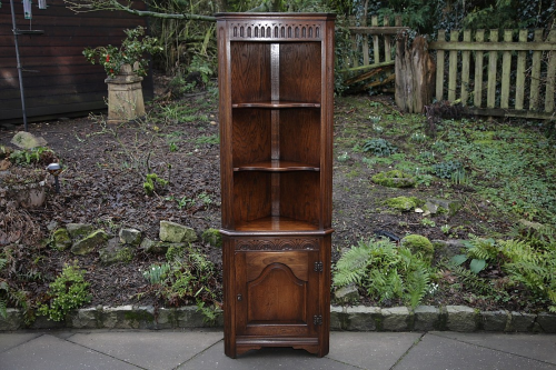 A BEVAN FUNNELL REPRODUX OAK CORNER DISPLAY CABINET SHELVES CUPBOARD BOOKCASE UNIT.