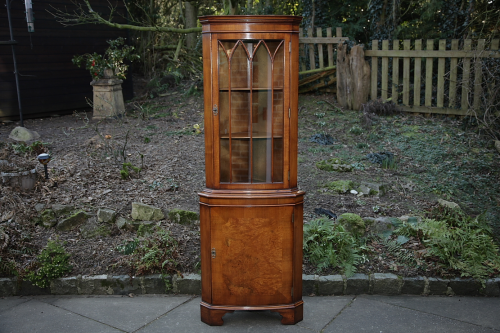 A WALNUT BEVAN FUNNELL REPRODUX CORNER DISPLAY CABINET CUPBOARD BOOKCASE SHELVES.