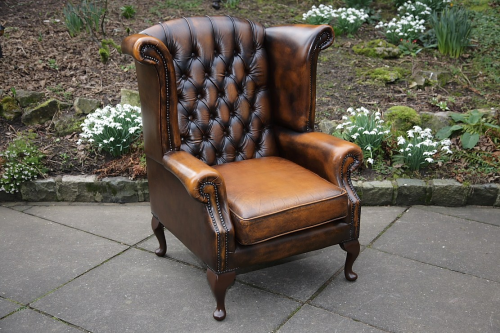 A THOMAS LlOYD ANTIQUE BROWN LEATHER CHESTERFIELD BUTTON WING-BACK SOFA SUITE ARMCHAIR.