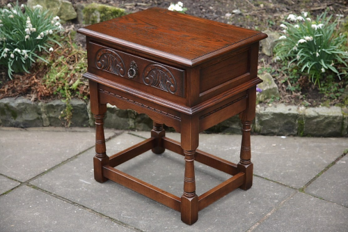 AN OLD CHARM WOOD BROS TUDOR BROWN OAK LAMP OCCASIONAL COFFEE SIDE TABLE BEDSIDE CABINET.