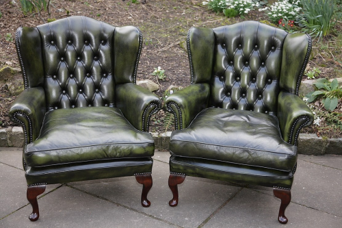 A PAIR OF ANDREW MUIRHEAD ANTIQUE GREEN LEATHER CHESTERFIELD BUTTON WING-BACK SOFA SUITE ARMCHAIRS.
