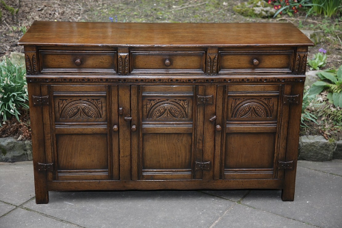 A TITCHMARSH AND GOODWIN SOLID OAK SIDEBOARD DRESSER BASE CABINET CUPBOARD HALL TABLE.