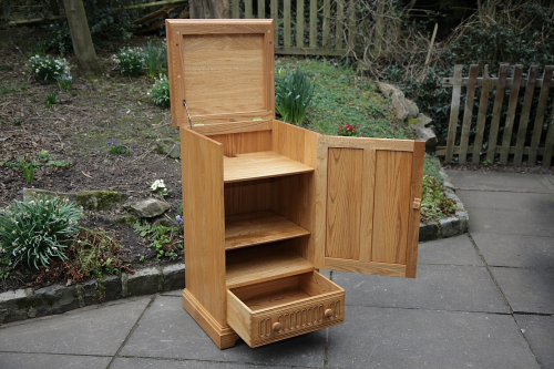 AN ERCOL LIGHT ELM T.V HI-FI MUSIC DVD VIDEO DISPLAY CABINET STAND CUPBOARD TABLE.