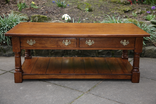 A TITCHMARSH AND GOODWIN STYLE SOLID OAK TWO DRAWER COFFEE SIDE END OCCASIONAL TABLE.