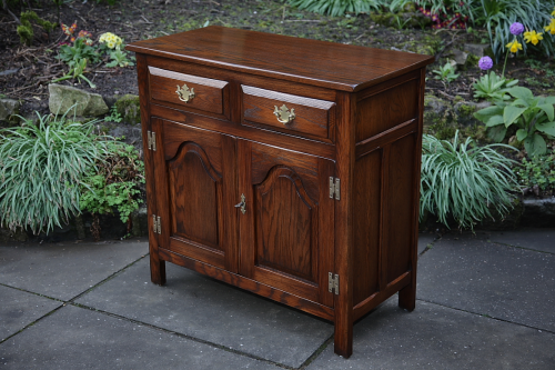 A BEVAN FUNNELL REPRODUX SOLID OAK SIDEBOARD DRESSER BASE CUPBOARD CABINET TABLE.