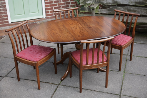 AN ERCOL SOLID ELM FRUITWOOD DINING SET CHESTER PEDESTAL EXTENDING TABLE & FOUR DINING CHAIRS.