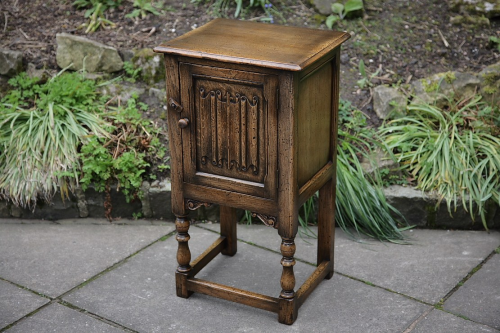 A TITCHMARSH AND GOODWIN STYLE SOLID OAK BEDSIDE POT CUPBOARD LAMP TABLE CABINET.