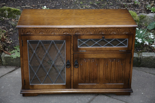 OLDE COURT OLD CHARM JAYCEE STYLE OAK T.V VIDEO DVD CD HI-FI CABINET CUPBOARD TABLE T.V. STAND.