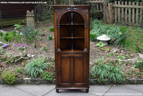TITCHMARSH & GOODWIN STYLE OAK DISPLAY SHELVES / CORNER CABINET