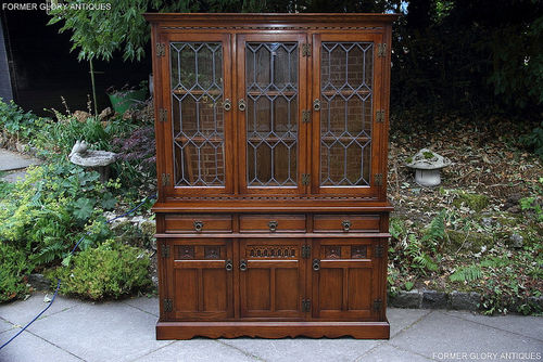 A WOOD BROTHERS OLD CHARM LIGHT OAK DISPLAY CABINET / SIDEBOARD / DRESSER