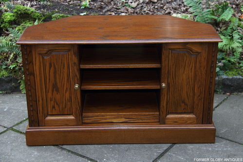 A JAYCEE AUTUMN GOLD CARVED OAK CORNER TV CABINET / STAND.