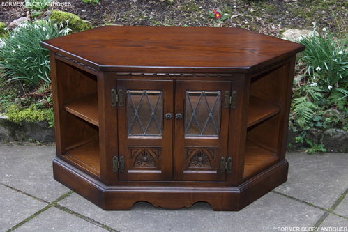 A WOOD BROTHERS OLD CHARM CARVED LIGHT OAK CORNER TV CABINET / STAND