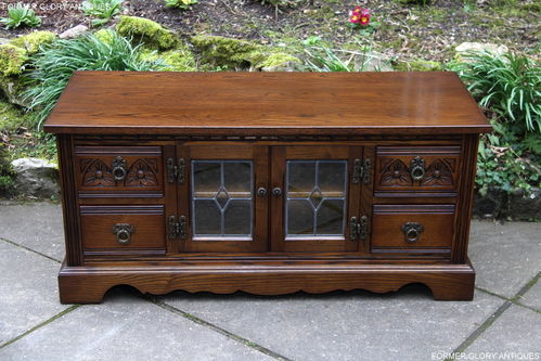 A WOOD BROTHERS OLD CHARM CARVED LIGHT OAK TV CABINET / STAND / BASE