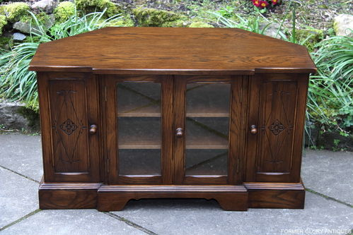 A BEVAN FUNNELL REPRODUX CARVED OAK CORNER TV CABINET / STAND