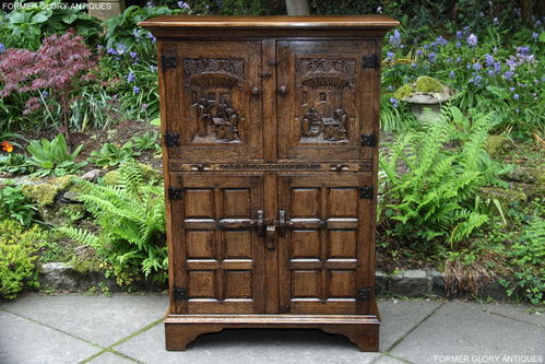 A RUPERT NIGEL GRIFFITHS MONASTIC CARVED OAK FLEMISH DRINKS CABINET / WINE CUPBOARD