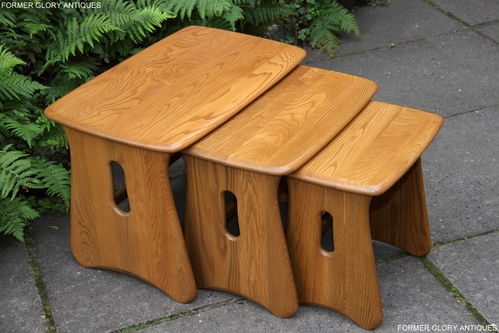AN ERCOL WINDSOR LIGHT ELM NEST OF THREE TABLES / COFFEE TABLE SET