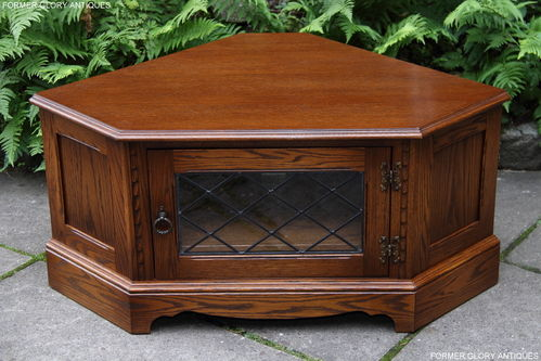 A JAYCEE AUTUMN GOLD CARVED OAK CORNER TV CABINET / STAND