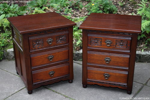 A PAIR OF WOOD BROTHERS OLD CHARM TUDOR BROWN CARVED OAK BEDSIDE CABINETS / CHEST OF DRAWERS