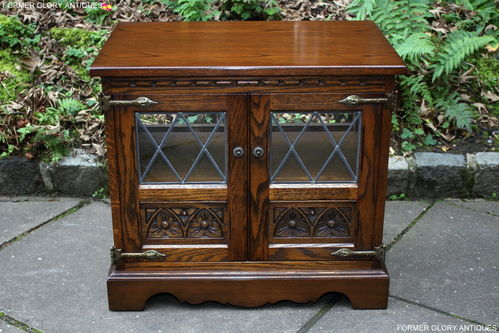 A WOOD BROTHERS OLD CHARM CARVED LIGHT OAK TV MEDIA CABINET / STAND / BASE