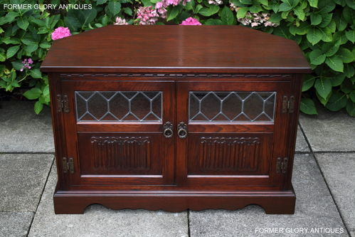 A WOOD BROTHERS OLD CHARM TUDOR BROWN CARVED OAK CORNER TV CABINET / STAND / UNIT