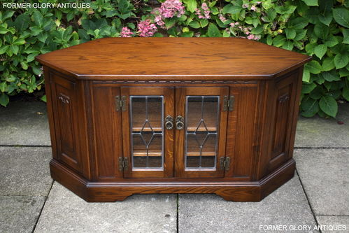 A WOOD BROTHERS OLD CHARM LIGHT OAK CORNER TV CABINET / MEDIA STAND